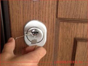 Открытие замка входной двери при помощи отмычек