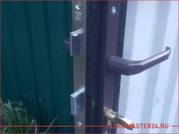 Открытие двери-калитки на металлическом заборе частного дома