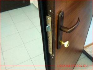 Установка нового замка на старую металлическую дверь