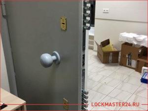 Стальная сейфовая дверь в офис с двумя замками