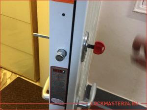 Замена замка в металлической двери в которой сломался ключ